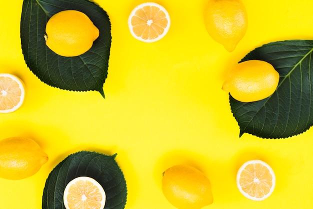 Vista superior de limones exóticos con hojas.