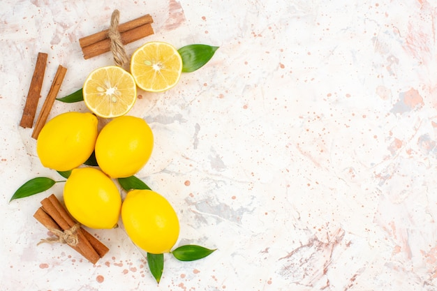 Vista superior limones frescos cortados limones canela en rama a la izquierda del espacio libre de superficie aislada brillante