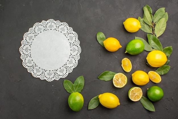 Vista superior de limones frescos frutas ácidas en la mesa oscura cítricos de lima