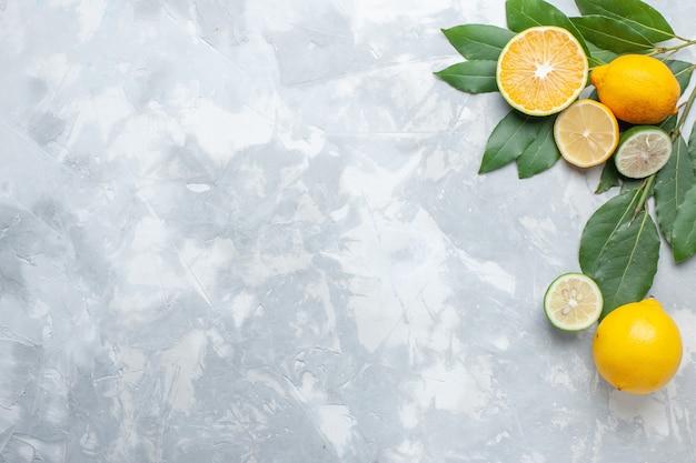 Vista superior de limones frescos jugosos y agrios en la mesa de luz cítricos frutas exóticas ácidas