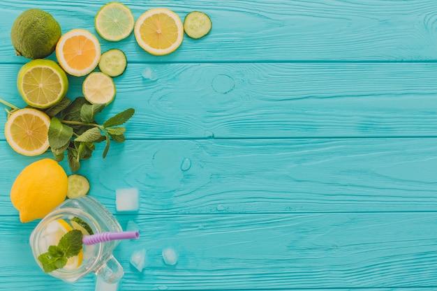 Vista superior de limones y limas para mojitos