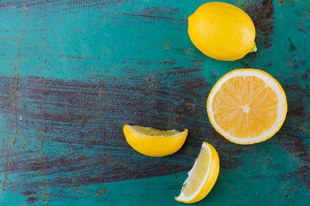 Vista superior limones en mesa