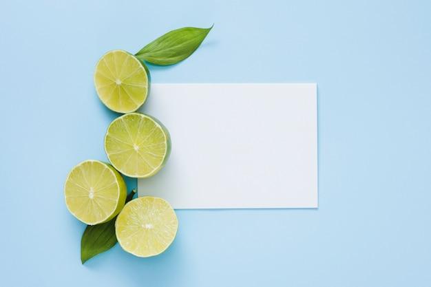 Vista superior limones con papel