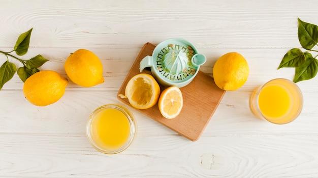 Vista superior de limones sobre fondo de madera