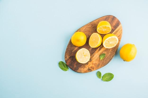 Vista superior limones sobre una tabla