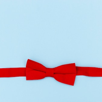 Vista superior de la linda cinta roja de bebé con espacio de copia