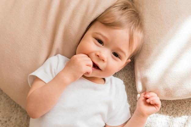 Vista superior lindo bebé en almohada