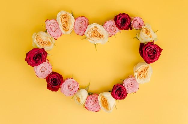 Vista superior del lindo marco rosa corazón