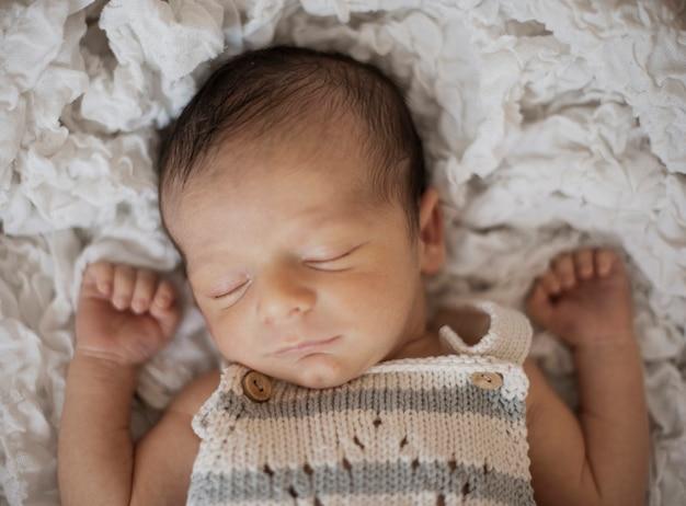 Vista superior lindo recién nacido tomando una siesta