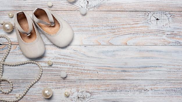 Vista superior de lindos accesorios de bebé con espacio de copia