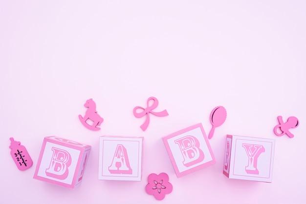 Vista superior de lindos accesorios para bebés con espacio de copia