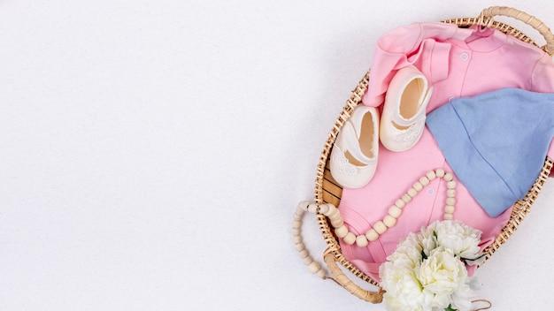 Vista superior de lindos accesorios de niña pequeña