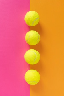 Vista superior de la línea de pelotas de tenis