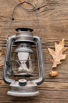 Vista superior de la linterna con hojas de otoño