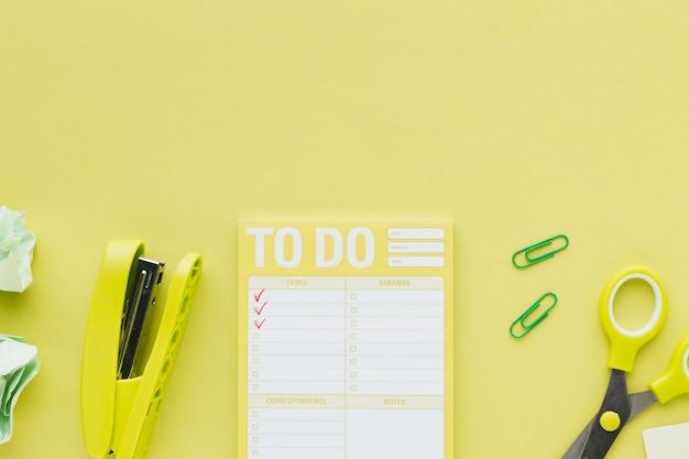 Vista superior de la lista de tareas amarilla