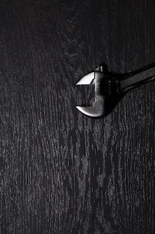 Vista superior de una llave de acero