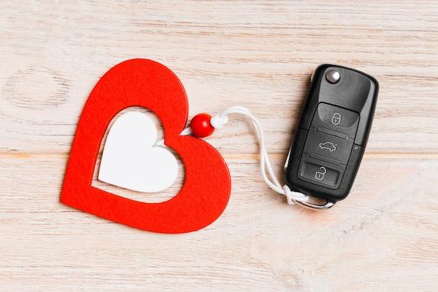 Vista superior de la llave del coche y el corazón