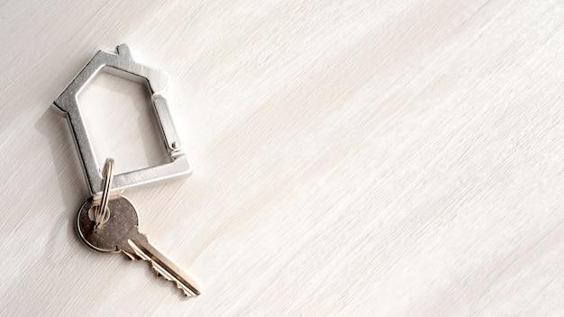Vista superior de las llaves de la casa en el fondo del espacio de copia