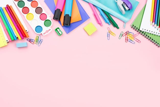 Vista superior de lo esencial para el regreso a la escuela con lápices y acuarela