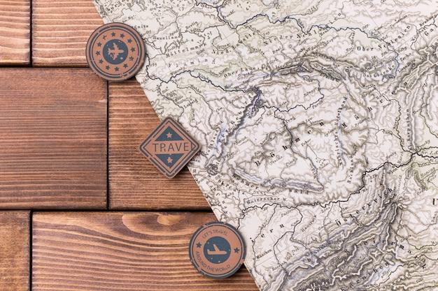 Vista superior logos del día mundial del turismo con mapa mundial