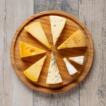 Vista superior lonchas de queso sobre una mesa