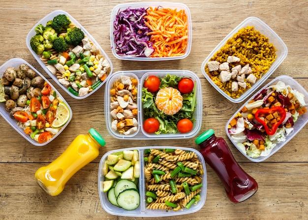 Vista superior de lotes de alimentos cocinados en la composición de los destinatarios