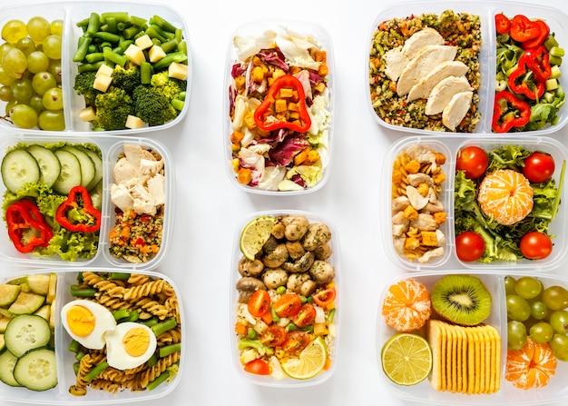 Vista superior de lotes de alimentos cocinados en surtido de recipientes