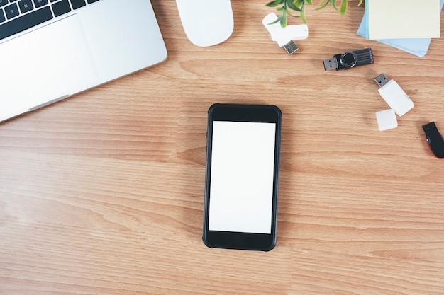 Vista superior del lugar de trabajo de diseño con simulacro de teléfono inteligente en la mesa.