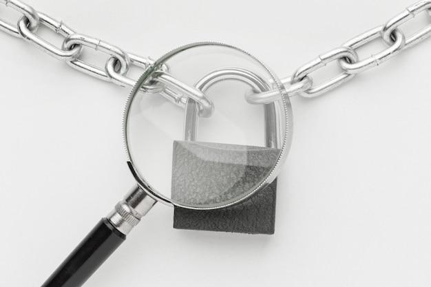 Vista superior de lupa con cerradura y cadena de metal