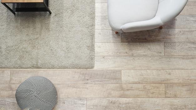 Vista superior de madera minimalista y área de espacio de sala de estar blanca - habitación clásica escandinava