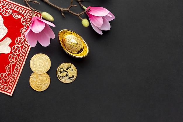 Vista superior de magnolia y monedas de oro año nuevo chino