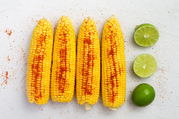 Vista superior de maíz con chile en polvo
