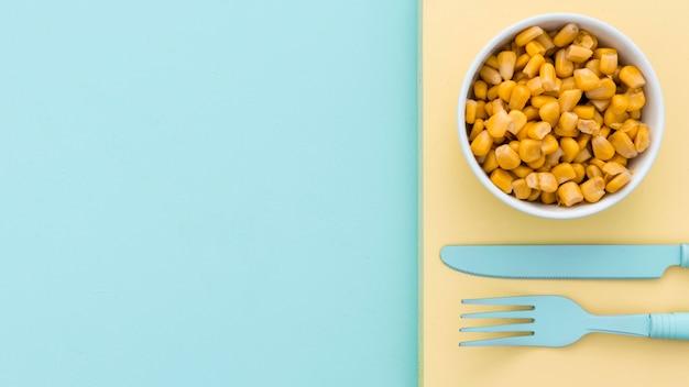Vista superior de maíz fresco con espacio de copia