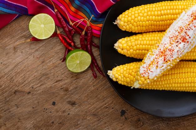 Vista superior de maíz hervido con chile en polvo