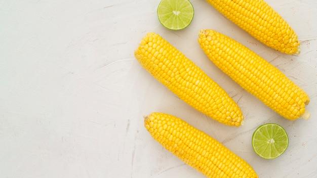 Vista superior de maíz hervido con espacio de copia