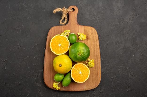 Vista superior de mandarinas frescas con feijoa en negro