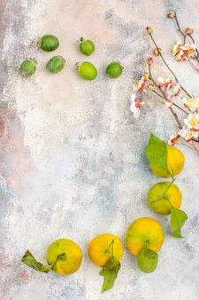 Vista superior de mandarinas frescas feykhoas sobre fondo desnudo