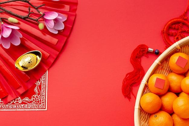 Vista superior de mandarinas y magnolia año nuevo chino
