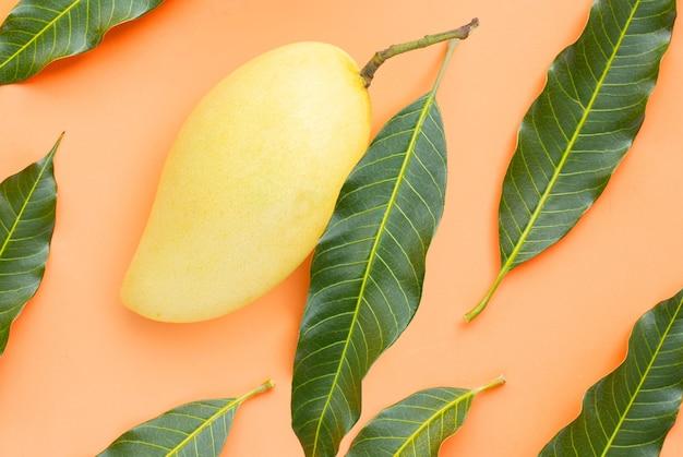 Vista superior de mango amarillo, frutas tropicales jugosas y dulces.