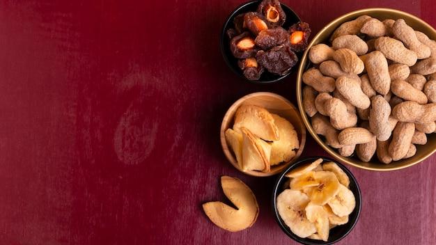 Vista superior de maní y variedad de golosinas de año nuevo chino