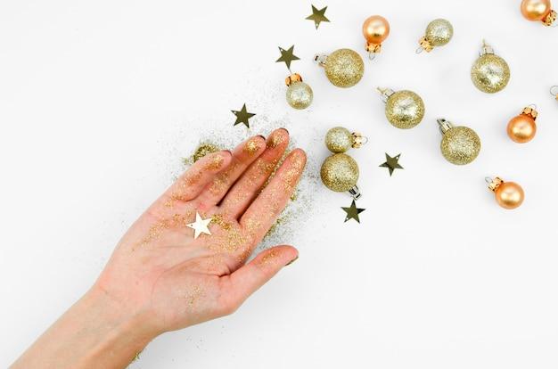 Vista superior de la mano con bolas de decoración