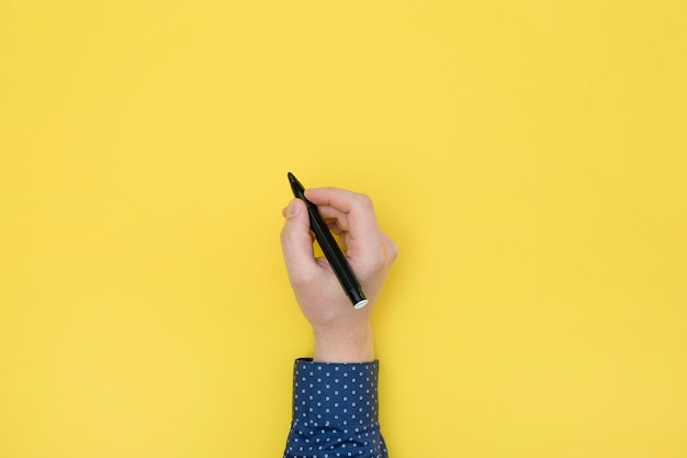 Vista superior mano derecha con un bolígrafo