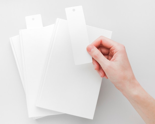 Vista superior de la mano con marcadores de libros