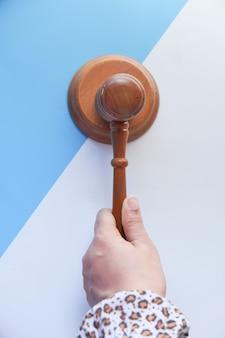 Vista superior de la mano de la persona que golpea el mazo.