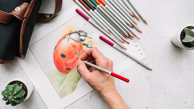 Vista superior de mano pintando