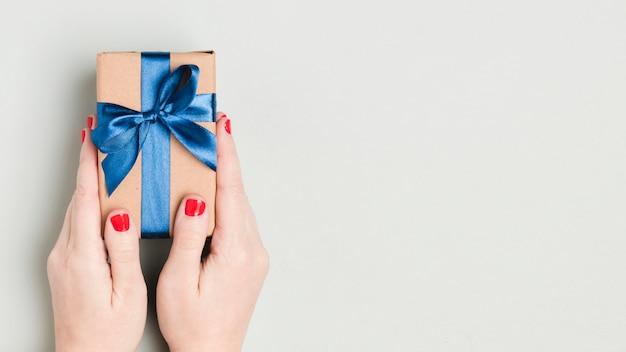 Vista superior mano que sostiene el regalo del día del padre