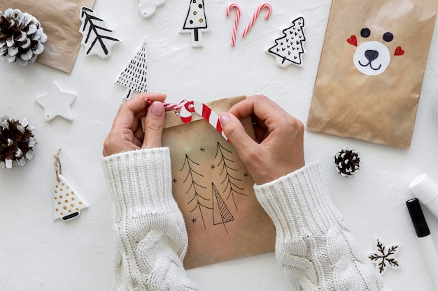 Vista superior de manos decorando bolsa de navidad