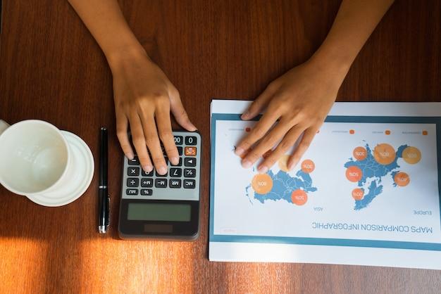 Vista superior de manos femeninas trabajando con documentos