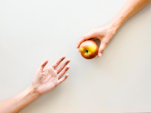 Vista superior de manos intercambiando comida