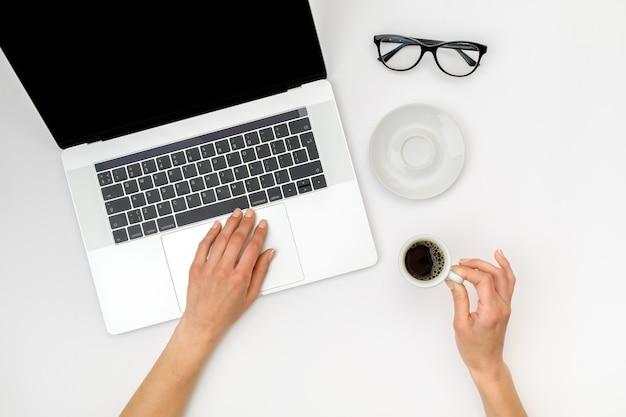 Vista superior de manos de mujer hermosa usando laptop